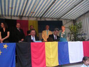 Die beiden Bürgermeister unterzeichnen die Partnerschaftsurkunden der Gemeinden