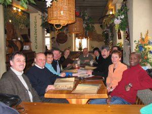 Die Abordnungen beider Vereine gemeinsam im Speyerer Domhof