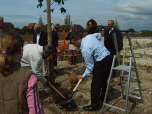 Die Bürgermeister pflanzen den Partnerschaftsbaum in Bétheny