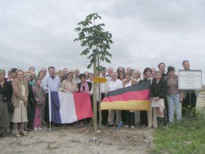 Mitglieder beider Vereine und Bürger aus Bétheny am Partnerschaftsbaum