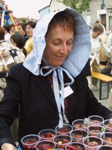 In traditioneller Haube wird Bowle zur Feier der Partnerschaft ausgeschenkt
